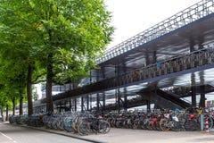 停放阿姆斯特丹中央驻地的自行车 免版税库存照片