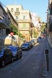 停放Guell的路在有停放的汽车的巴塞罗那 库存图片