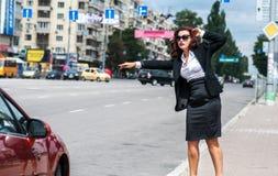 停止与赞许的街道的俏丽的女孩运输 库存图片
