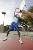 停止从箍的蓝球运动员 免版税图库摄影