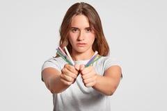 停止使用塑料秸杆 严肃可爱女性有用反对塑料吸管,自然支持的洁净  库存图片
