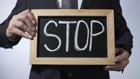 停止写在黑板,拿着标志,刺激,诚实的企业人 影视素材