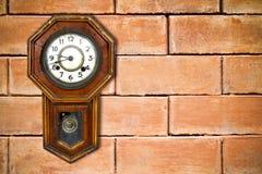 停止减速火箭的墙壁的砖时钟 免版税库存照片