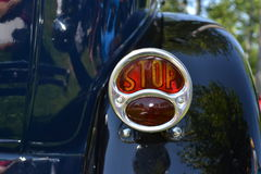 停止在一辆蓝色经典汽车的断裂尾灯 图库摄影