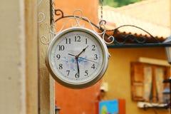 停止在墙壁上的来回街道手表 免版税图库摄影