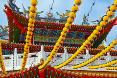 停止在寺庙屋顶的黄色灯笼 免版税库存图片