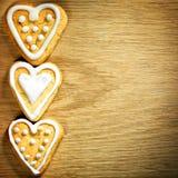 停止在木背景的姜饼曲奇饼 库存图片