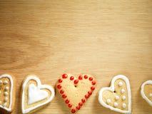 停止在木背景的姜饼曲奇饼 免版税库存照片