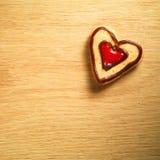 停止在木背景的姜饼曲奇饼 库存照片