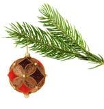 停止在杉木分行的华丽圣诞节球 免版税库存照片
