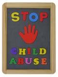 停止在板岩写的色的信件的虐待儿童 库存照片