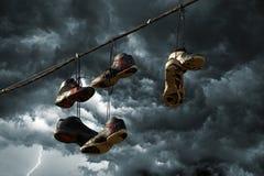 停止在电话线的运动鞋 库存图片