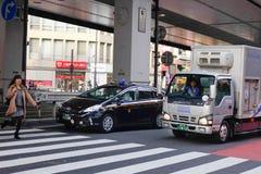 停止在街道上的汽车在东京,日本 免版税库存图片