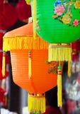 停止在街道martket的五颜六色的中文报纸灯笼 免版税库存照片