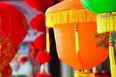 停止在街道martket的五颜六色的中文报纸灯笼 免版税图库摄影