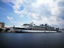 停止在里约热内卢港的巡洋舰  库存照片
