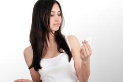 停止抽香烟概念 美丽的微笑的妇女画象在手上的拿着打破的香烟 愉快的女性放弃的Smok 库存图片