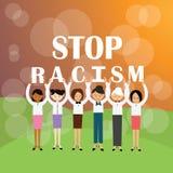停止拿着标志againts种族歧视运动的种族主义多种族人 库存图片
