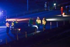 停止汽车的瑞典警察在晚上 免版税库存照片