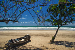停止海滩的小船 免版税图库摄影