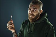 停止的一个年轻人的画象抽烟 免版税库存照片