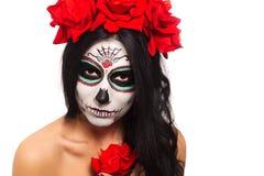 停止的日 万圣节 少妇在死的面具头骨面孔艺术的天和起来了 查出在白色 特写镜头 库存照片