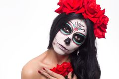 停止的日 万圣节 少妇在死的面具头骨面孔艺术的天和起来了 查出在白色 特写镜头 库存图片
