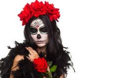 停止的日 万圣节 少妇在死的面具头骨面孔艺术的天和起来了 查出在白色 特写镜头 免版税库存图片