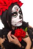 停止的日 万圣节 少妇在死的面具头骨面孔艺术的天和起来了 查出在白色 特写镜头 图库摄影