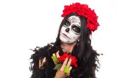 停止的日 万圣节 少妇在死的面具头骨面孔艺术的天和起来了 查出在白色 特写镜头 免版税图库摄影