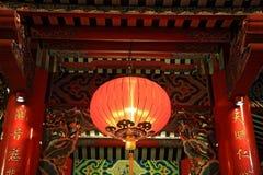 停止红色的闪亮指示或的灯笼在中国寺庙 免版税库存照片