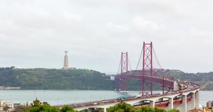 停止红色金属桥梁在里斯本,移动的汽车, timelapse 4k录影 股票录像