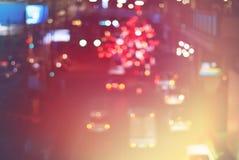 停止者交通夜城市汽车点燃生动的颜色 免版税库存照片