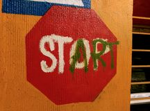 停止起动街道艺术标志 免版税库存图片