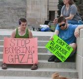 停止轰炸加沙,投下封锁标志在集会 免版税库存照片