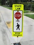 停止这里行人穿越道标志 免版税图库摄影