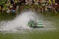 停止水和充气器涡轮的行动在水池的 免版税库存图片