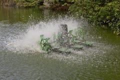 停止水和充气器涡轮的行动在水池的 免版税库存照片