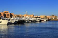 停泊和停车处与游艇 免版税库存图片