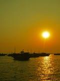 停泊在下龙市海湾的小船 免版税库存图片