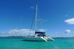 停泊在托尔托拉岛,英属维尔京群岛附近特许游艇 免版税库存图片