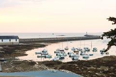 停泊在都市口岸在日落的Le Croisic镇 免版税库存照片