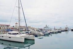 停泊在索契海港的游艇的 库存照片