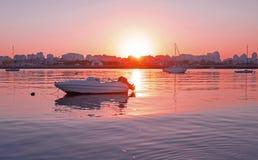 停泊在从波尔蒂芒的港口的游艇在葡萄牙 免版税库存照片