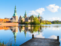 停泊在Castle湖,菲特列堡槽孔,希勒勒,丹麦 库存照片