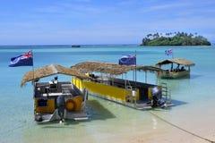 停泊在Muri盐水湖的玻利尼西亚小船在拉罗通加库克岛 库存图片