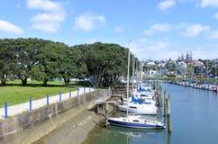 停泊在Wairau小河的帆船在Milford奥克兰 库存图片