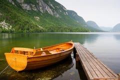 停泊处小船湖平静山的码头 库存图片