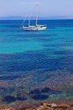 停泊处海岛开放porquerolles 免版税库存图片
