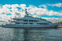 停泊处的M/Y洛拉夫人在西雅图` s埃利奥特海湾小游艇船坞 免版税库存图片